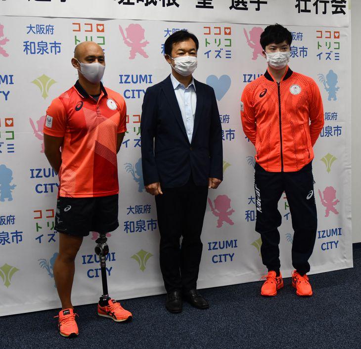 辻宏康市長(中央)から激励を受けた山本篤選手(左)と嵯峨根望選手=大阪府和泉市役所