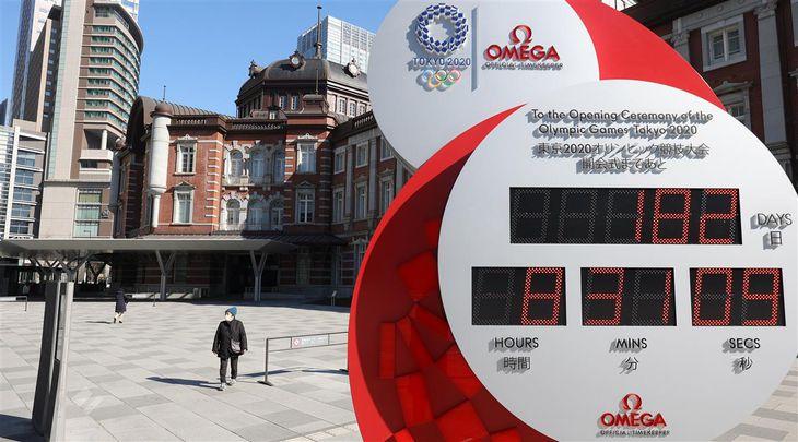 【五輪半年前】東京五輪開会式までの日数が182日と表示されたカウントダウンクロック=22日午前、東京駅前(萩原悠久人撮影)