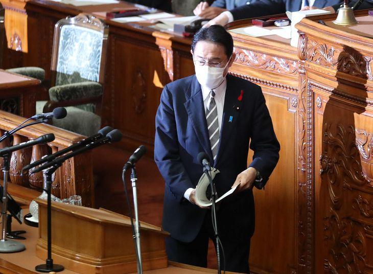 衆院本会議で所信表明演説に臨む岸田文雄首相=8日午後、衆院本会議場(矢島康弘撮影)
