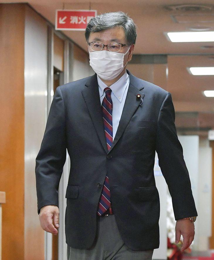 自民党本部を出る松野博一氏=3日夜、東京・永田町