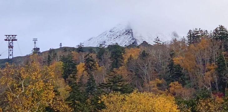 初冠雪した北海道・旭岳=6日午前、北海道東川町(大雪山旭岳ロープウェイ提供)