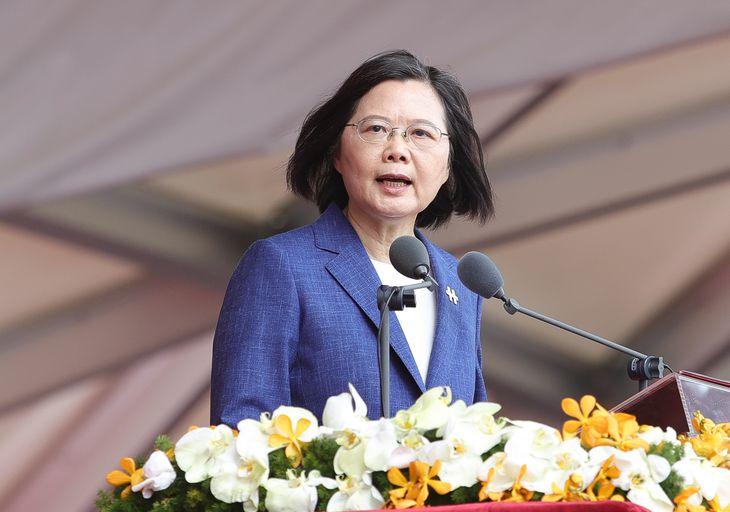 台湾の双十節(建国記念日)祝賀式典で演説する蔡英文総統=10日、台北(中央通信社=共同)