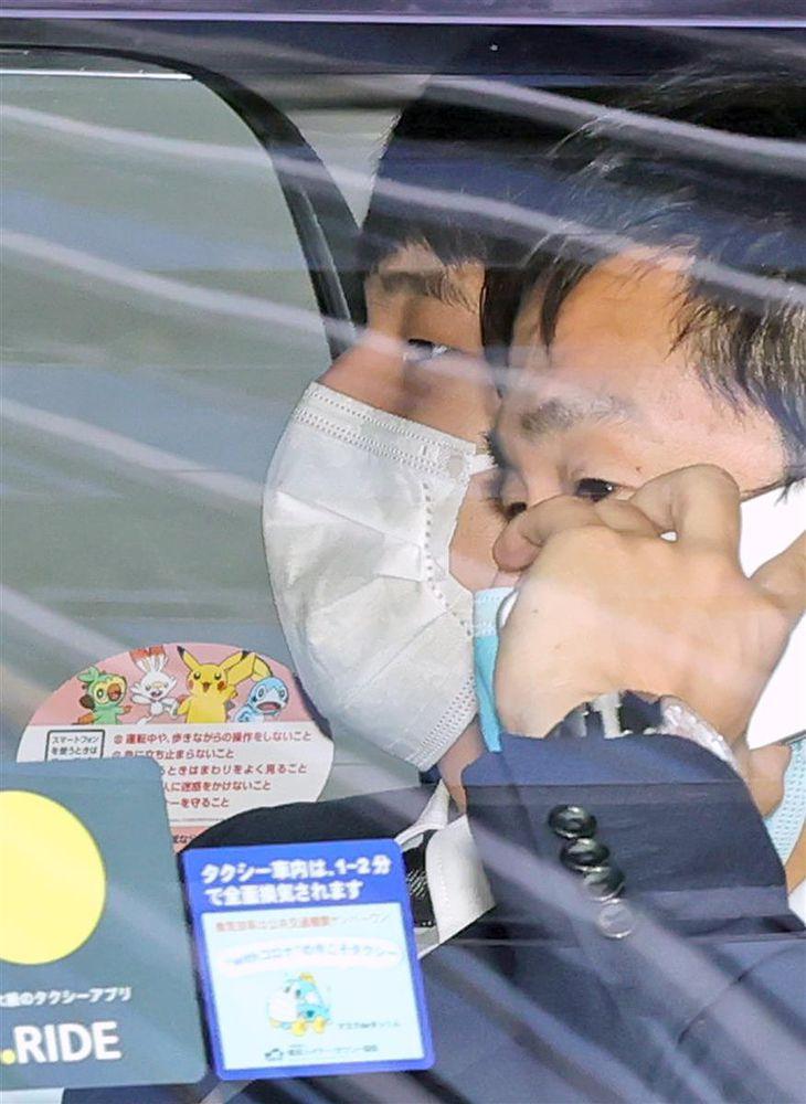 瀬戸(左)は関係者と日本水泳連盟の入る建物からタクシーで出た。神妙な顔だった(撮影・桐原正道)