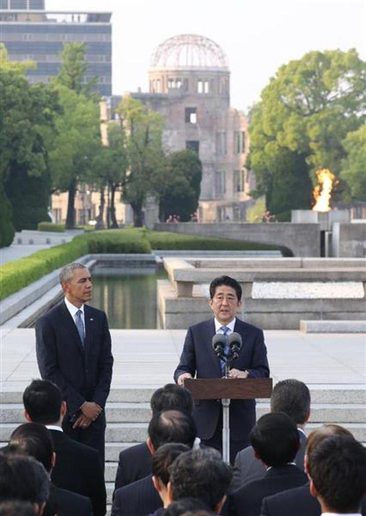 所感を述べる安倍首相(中央)とオバマ米大統領(27日午後6時3分、広島市中区の平和記念公園で)=代表撮影