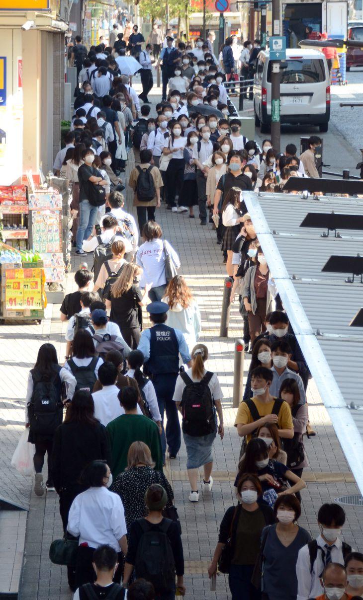 昨夜発生した地震の影響でJR横浜線町田駅では入場規制がかかり、駅周辺には入場を待つ乗客の長蛇の列ができた=8日午前9時8分、東京都町田市(寺河内美奈撮影)