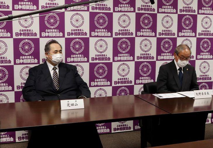 横審・矢野委員長(右)と芝田山広報部長(日本相撲協会提供)