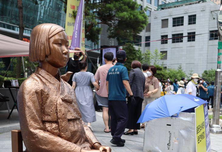 日本政府に抗議する市民デモ「水曜集会」。慰安婦像が設置された歩道に多くの人が集まった=韓国・ソウル