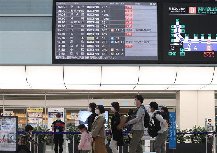 旅行や帰省のために羽田空港を訪れる利用者ら=10日午後、東京都大田区(松井英幸撮影)
