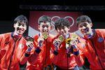 男子エペ団体で日本フェンシング界初の金メダルを獲得した(左から)加納虹輝、見延和靖、宇山賢、山田優の日本チーム=幕張メッセ