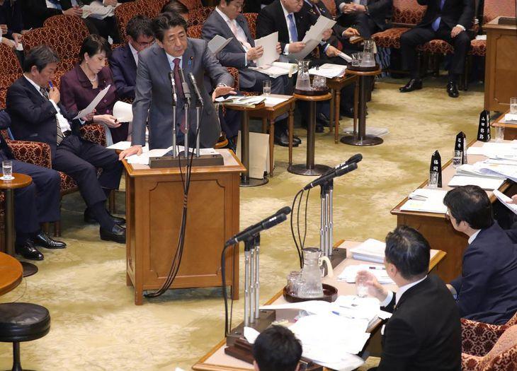 参院予算委員会で答弁を行う安倍晋三首相=4日午後、国会・参院第1委員会室(春名中撮影)