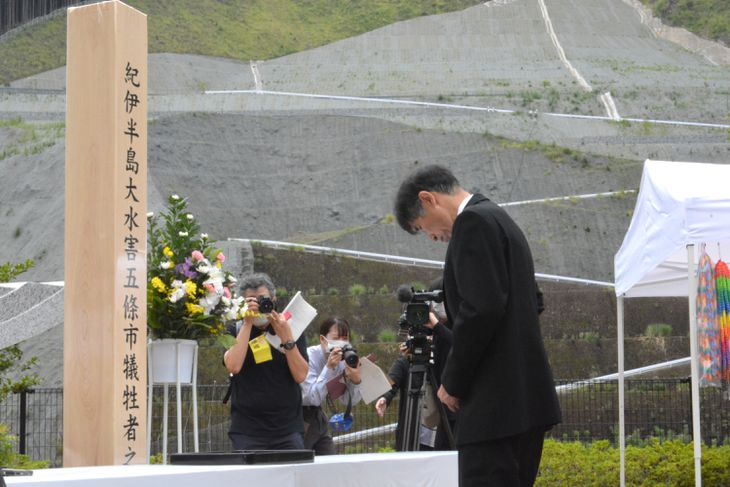 被災者家族を代表し、あいさつする中村彰作さん=4日午前、奈良県五條市大塔町