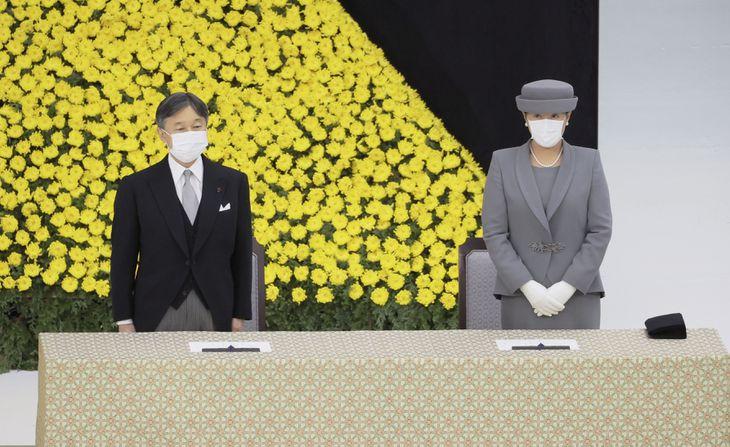 全国戦没者追悼式に臨まれる天皇、皇后両陛下=15日午前、東京・日本武道館(代表撮影)