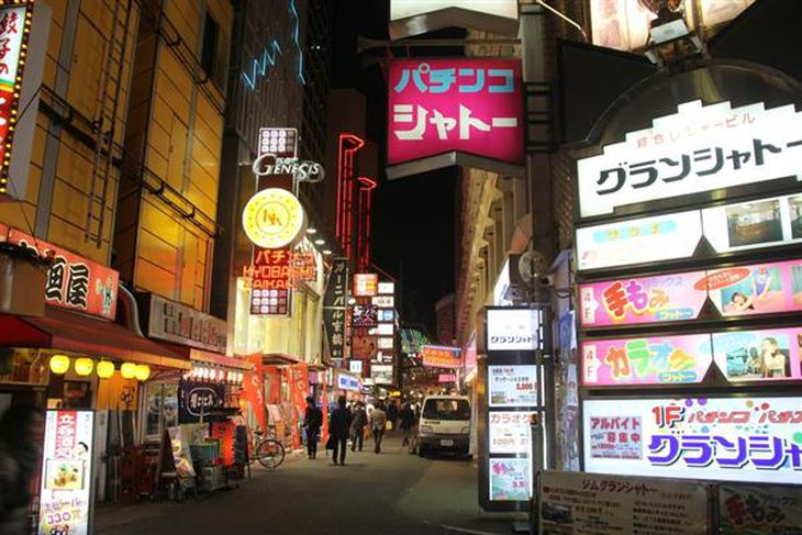 ネオンがまぶしい京橋駅周辺の街並み=大阪市都島区