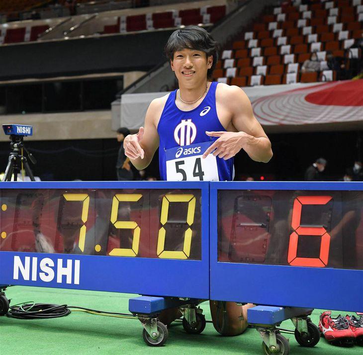 男子60メートル障害決勝で7秒50の室内日本新記録をマークして優勝し、笑顔でポーズをとる泉谷駿介=大阪城ホール