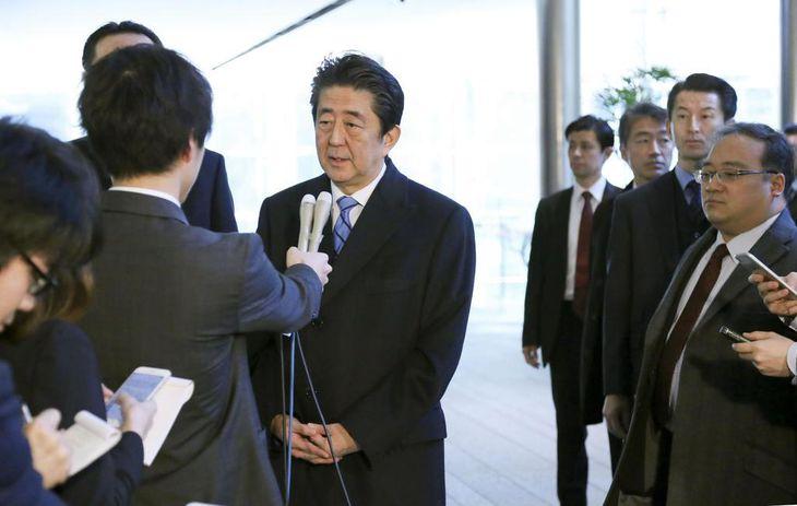 中国への出発を前に記者団の取材に応じる安倍首相=23日午後、首相官邸