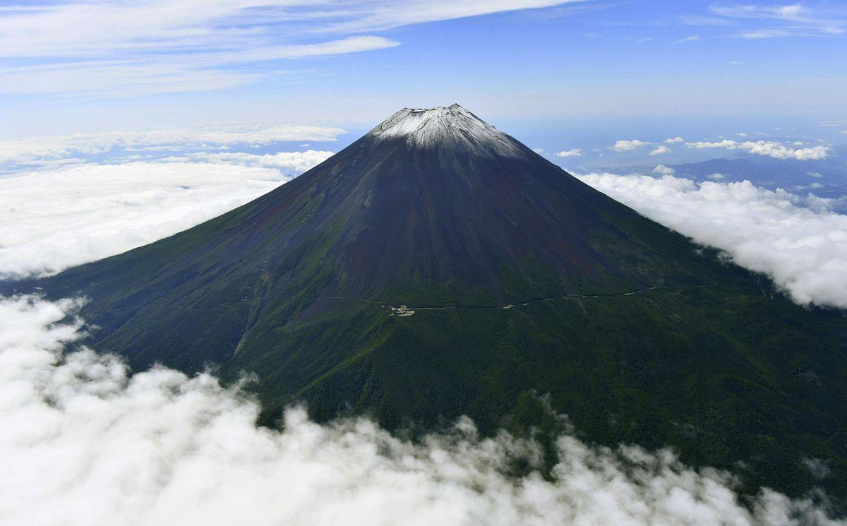 初冠雪した富士山=7日午前9時38分(共同通信社ヘリから)