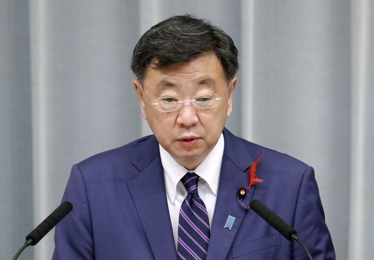 記者会見する松野官房長官=8日午前、首相官邸