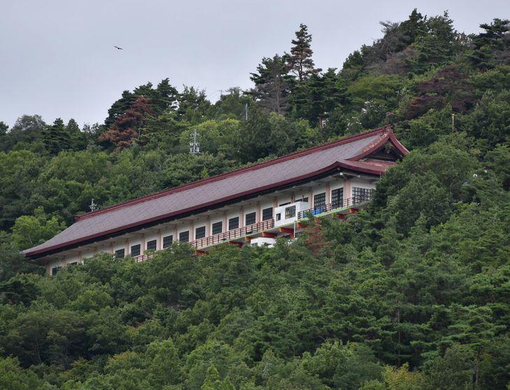 山麓から望む日本歴史館の雄姿=長野県千曲市(原田成樹撮影)