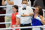 ボクシング女子フライ級準決勝で、ブルガリア選手に判定で敗れ、銅メダルを獲得した並木月海(左奥)=4日、両国国技館(松永渉平撮影)