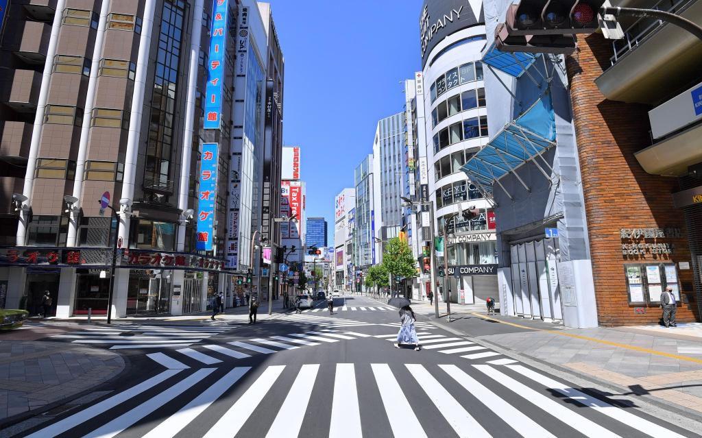 緊急事態宣言下で閑散としていた昨年4月の東京・新宿