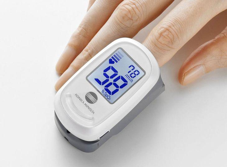 指先で血液中の酸素濃度を測るパルスオキシメーター(コニカミノルタ提供)