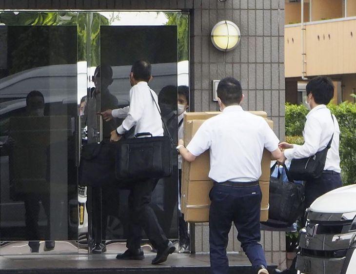 鶏卵生産会社「アキタフーズ」本社に家宅捜索に入る検察の係官ら=4日午前、広島県福山市