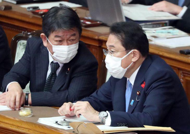 参院本会議で話し込む岸田文雄首相と茂木敏充外務相(左)=12日午前、国会(矢島康弘撮影)