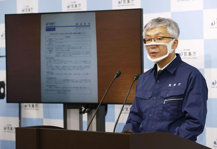 東京と埼玉で最大震度5強を観測した地震について、記者会見する気象庁の担当者=8日午前0時51分