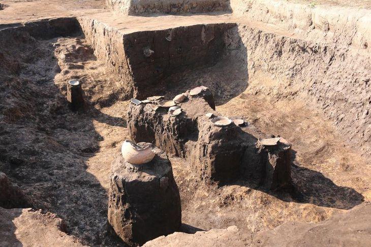 割れた土器など「震災がれき」が見つかった廃棄土坑(福岡県小郡市教委提供)