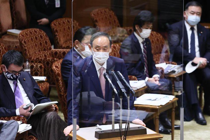 参院予算委員会で答弁する菅義偉首相=8日午前、参院第1委員会室(春名中撮影)