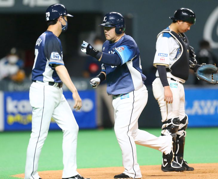 8回、本塁打を放った西武・中村剛也(中央)=札幌ドーム(撮影・三浦幸太郎)