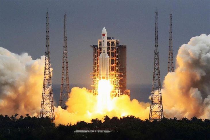 宇宙ステーション「天宮」の居住区部分を搭載し、中国海南省の発射場から打ち上げられる大型ロケット「長征5号B遥2」=5月(新華社=共同)