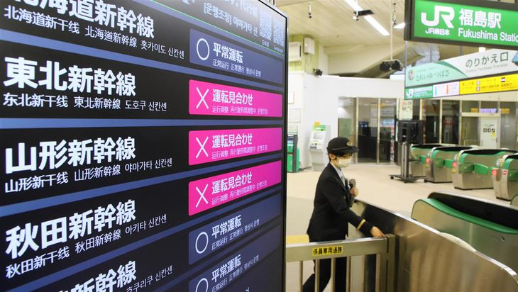 東北新幹線の運転見合わせが続くJR福島駅=15日午前、福島市(萩原悠久人撮影)