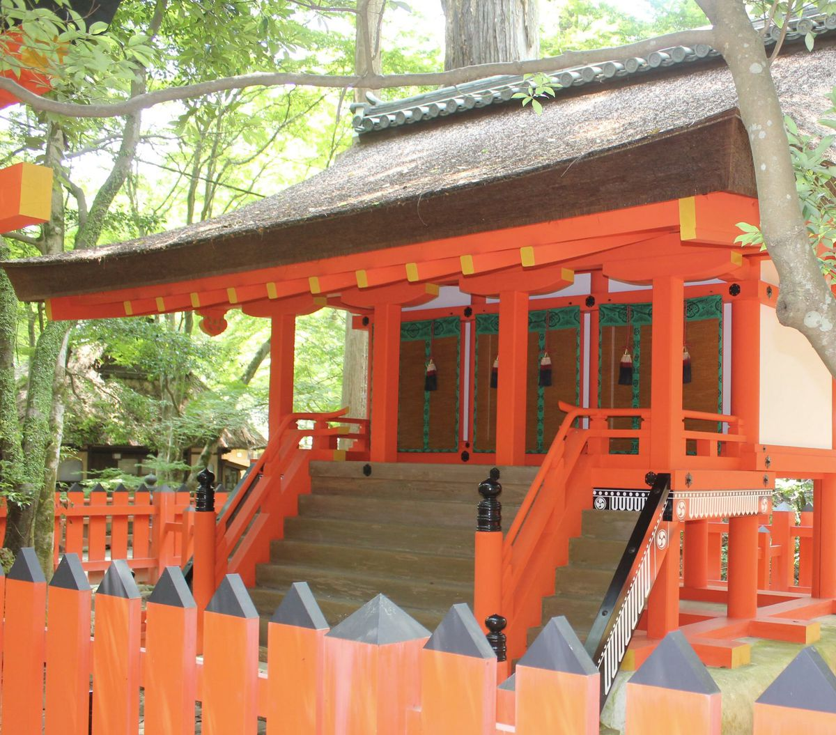 現在の水谷神社本殿。剣巴紋が施されている(本殿右下部分)=奈良市の春日大社