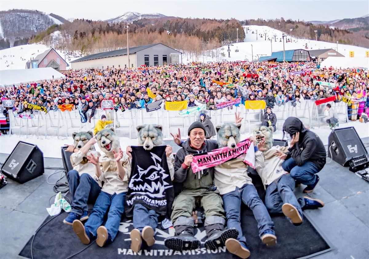 福島県のスキー場でライブを披露したMAN WITH A MISSIONのメンバーと主催した平学さん(中央)