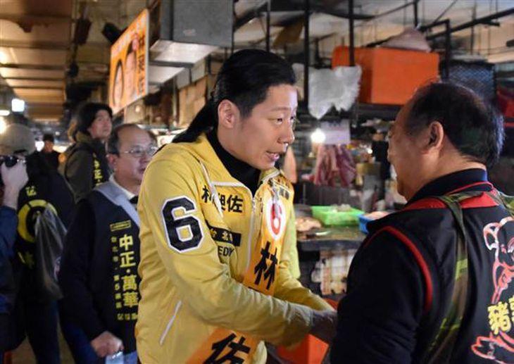 1月13日、台北市の「環南市場」で選挙活動を行う「時代力量」候補の林昶佐氏(西見由章撮影)