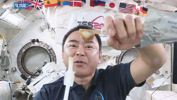宇宙でコーヒーと牛乳を混ぜる実験をする星出彰彦飛行士(YouTubeのJAXA公式チャンネルより)