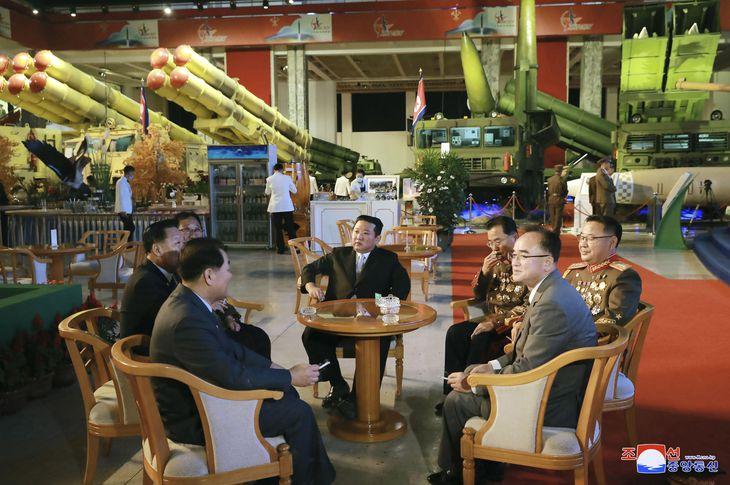 国防発展展覧会を視察する金正恩朝鮮労働党総書記(中央)=11日、平壌(朝鮮中央通信=共同)