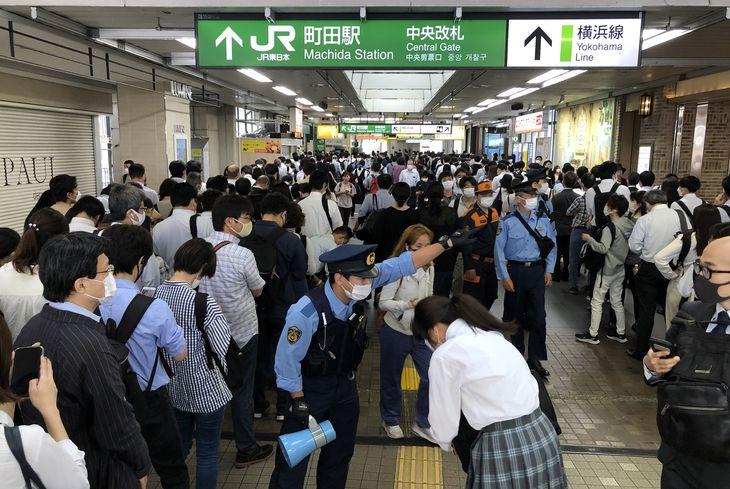 7日夜の地震の影響で運行ダイヤが乱れ、JR横浜線の町田駅では入場規制がかかり、通勤客らの長蛇の列ができた=8日午前7時48分、東京都町田市(寺河内美奈撮影)