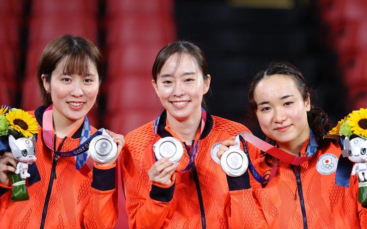 銀メダルを掲げる(左から)平野美宇、石川佳純、伊藤美誠=5日、東京体育館(桐山弘太撮影)