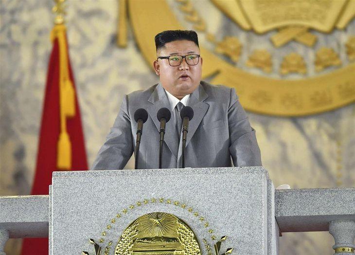 平壌の金日成広場で行われた軍事パレードで演説する金正恩朝鮮労働党委員長=10日(朝鮮中央通信=共同)