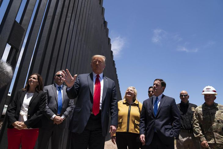 23日、米西部アリゾナ州のメキシコ国境との「壁」の建設現場を視察するトランプ大統領(AP)