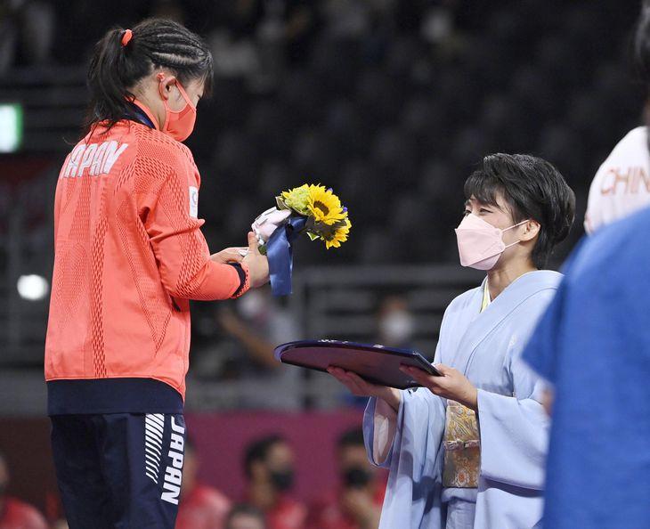 女子50キロ級で優勝した須崎優衣(左)にブーケを渡した伊調馨さん=幕張メッセ