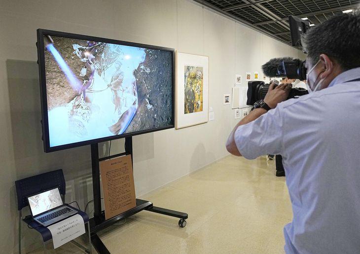 あいちトリエンナーレ2019でも展示された動画作品。昭和天皇の肖像を燃やすような場面が登場する=今年7月、名古屋市
