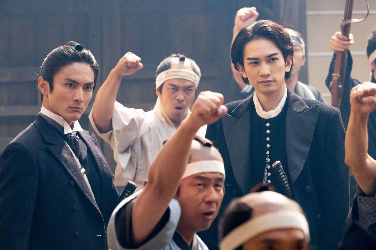 渋沢喜作(高良健吾、左)と土方歳三(町田啓太) (C)NHK