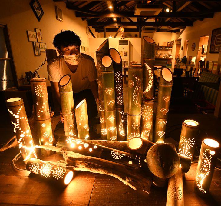 古民家を改装した食堂「三粒に種」に設置された竹あかり。あたたかい光が空間を照らした=大阪府岸和田市(永田直也撮影)