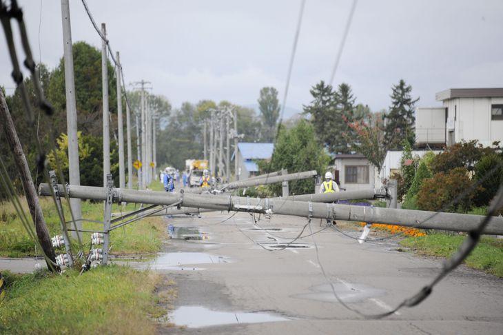 北海道東川町で、突風の影響で倒れた電柱=4日午後