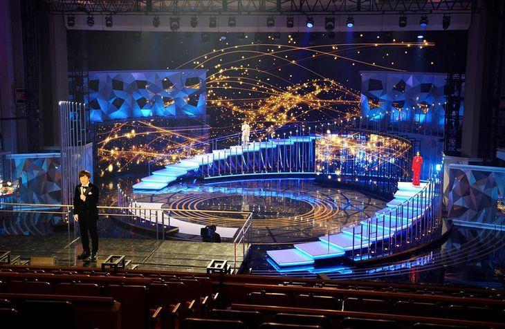 【第71回NHK紅白歌合戦】オープニング風景、左手前は内村光良さん=NHKホール