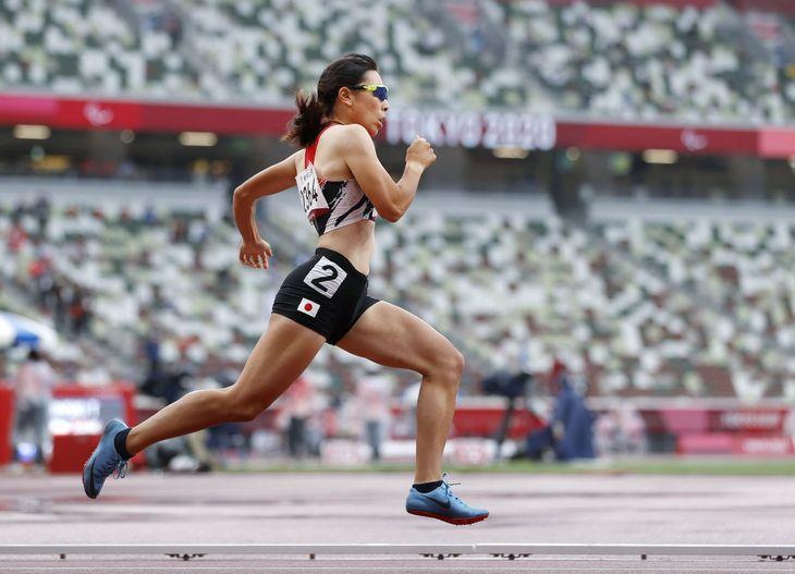 女子400メートル(視覚障害T13)決勝 力走する佐々木真菜=国立競技場