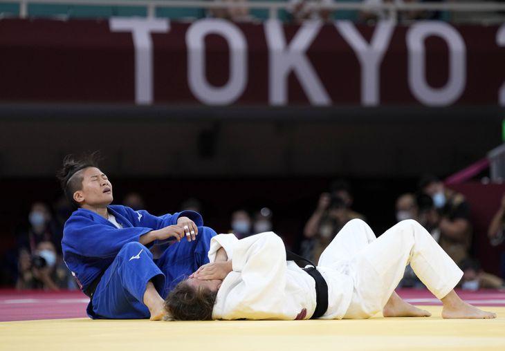 女子48キロ級決勝 コソボのディストリア・クラスニチ(右)に敗れたが、日本選手団初のメダルを獲得した渡名喜風南=日本武道館